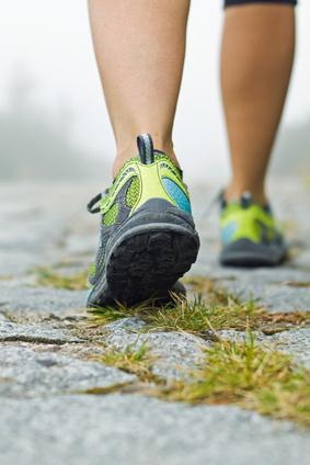 Photo de deux pieds avec chaussure de sport