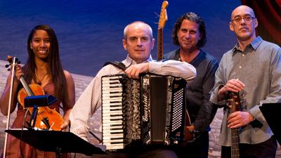 Quatre personnes avec des instruments de musique dans les mains